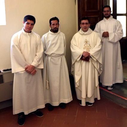 Père André accompagné de séminaristes